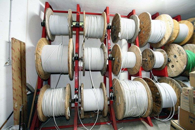 cavi elettrici arrotolati su bobine in legno al metro