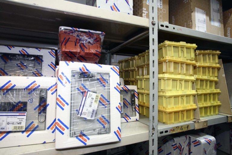 pacchetti di plastica su scaffali