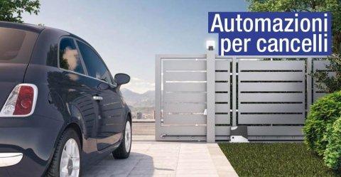 una Fiat 500 davanti a un cancello e la scritta Automazioni per Cancelli