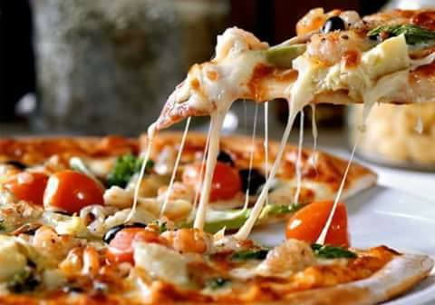 Primo piano di una fetta di pizza con mozzarella filante