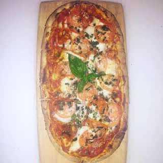 Pizza al metro con pomodoro e basilico