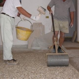 Il pavimento in granulato di marmo è trattato con professionalità.