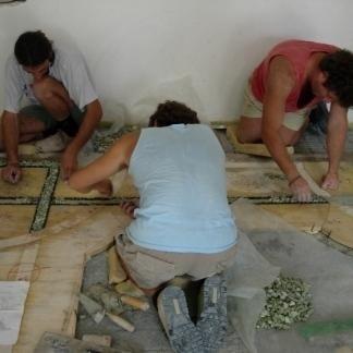 I professionisti della ditta si occupano con precisione della posa di mosaici per pavimenti.