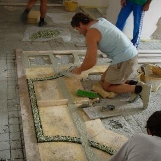 La ditta è rinomata per la posa di pavimenti con decorazioni.
