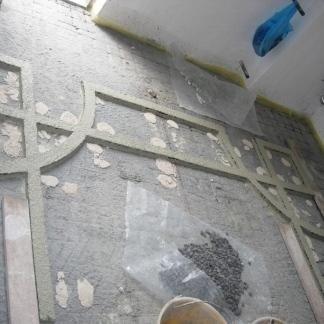 La ditta si avvale di sagome in legno per fissare la decorazione a terra.