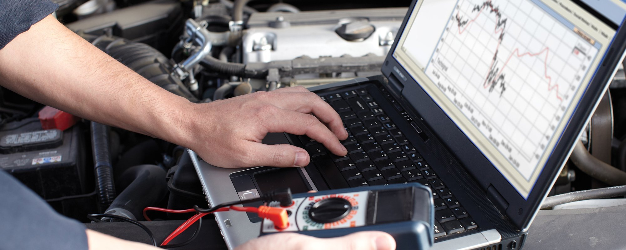 Diagnosing teh car withthe help of laptop