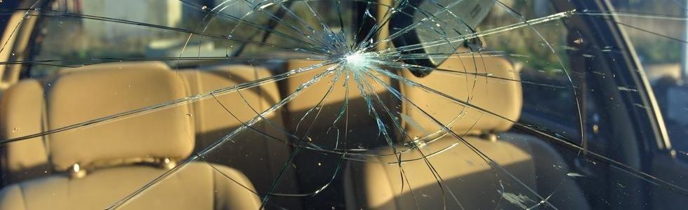 un vetro rotto di una macchina