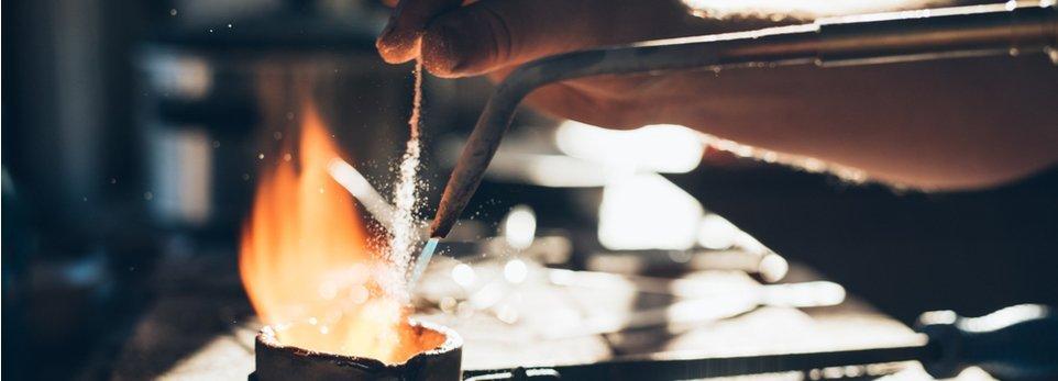 produzione di un gioiello in laboratorio artigianale