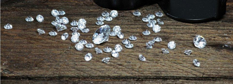 vari diamanti su un tavolo