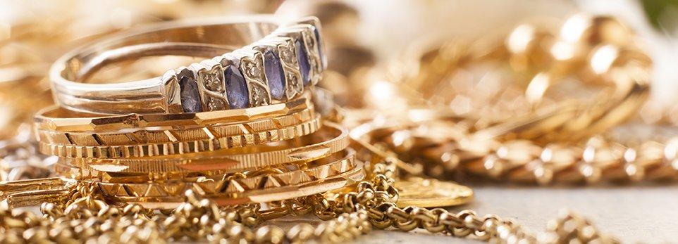 Anelli e altri gioielli d'oro