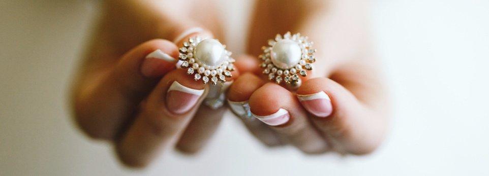 perle bianche in mano a una sposa