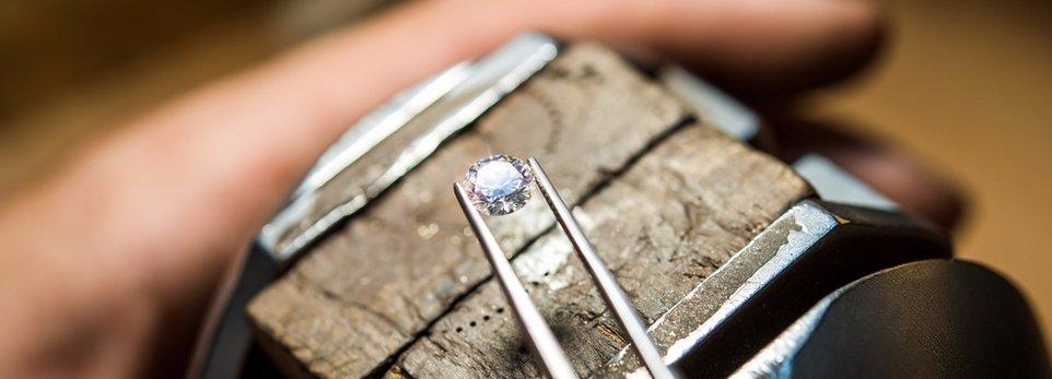 un diamante preso da delle pinze