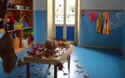 asilo in autunno