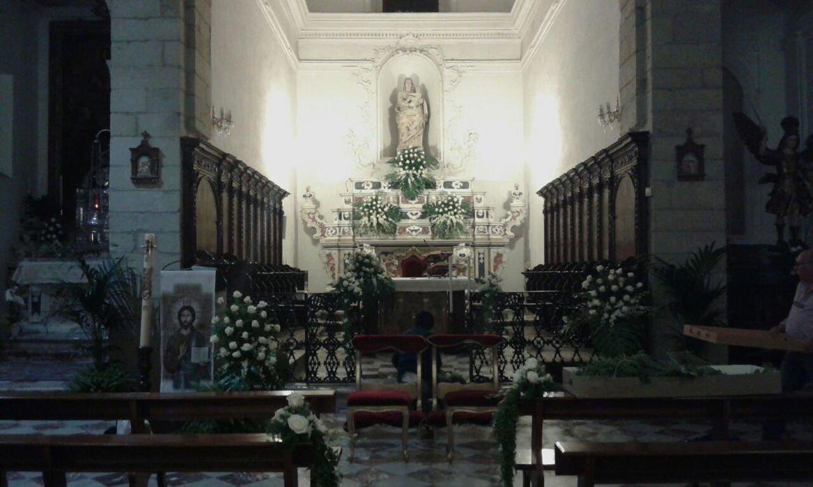 Altare chiesa decorato con fiori