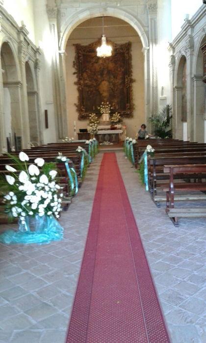 interno chiesa addobbato con fiori