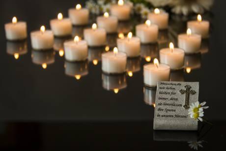 diverse candele accese su un piano nero