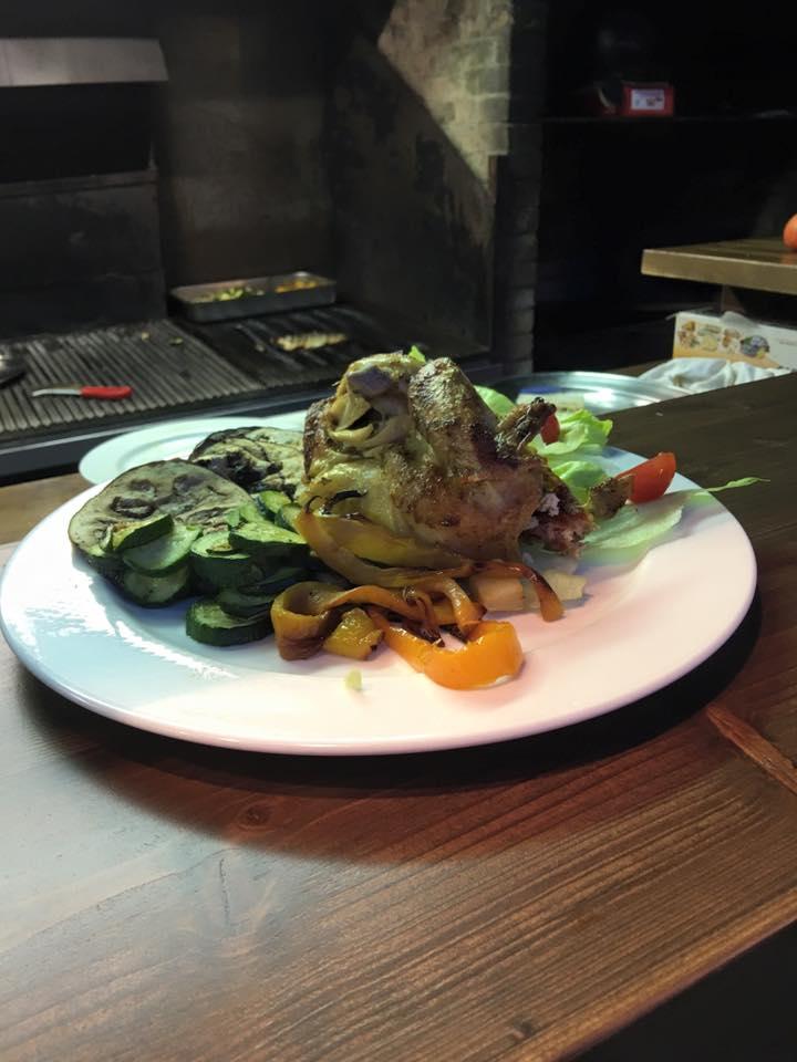 un piatto con pollo e verdure miste