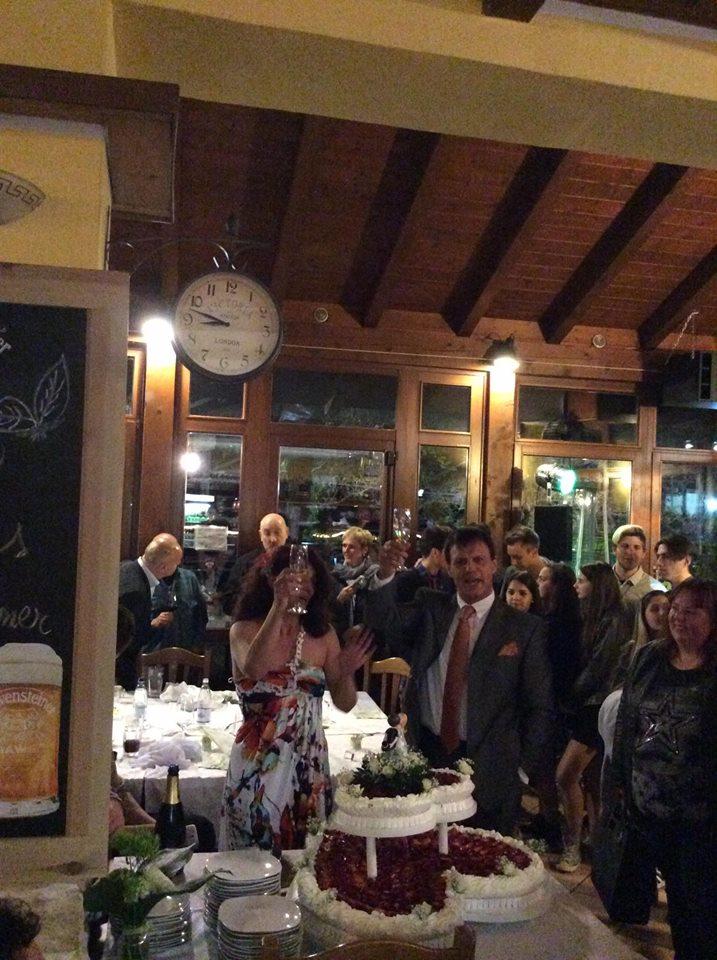 delle persone in piedi nel ristorante durante un evento