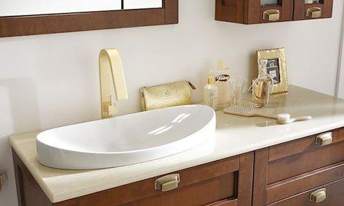 Un bagno moderno con cabinet di colore marrone con le porte, specchio e lavandino