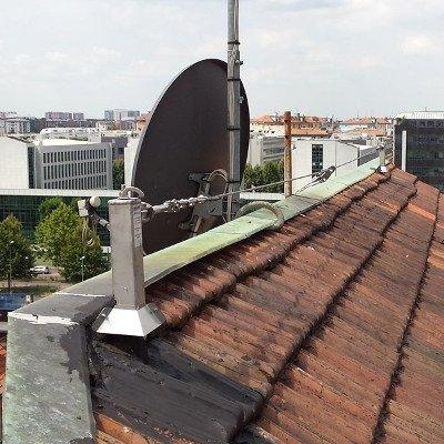vista di una tetto con ganci sicurezza linee vita