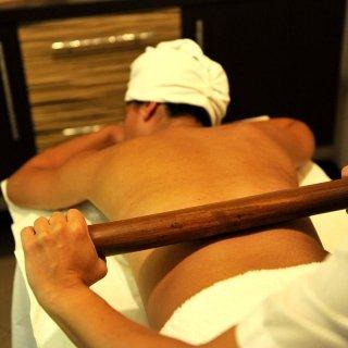 Tecnica di massaggio con bambù