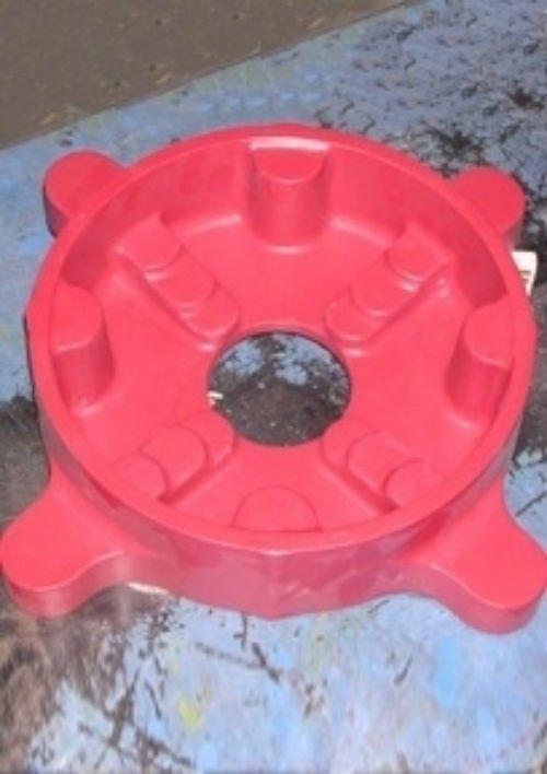 un oggetto rosso e rotondo di plastica
