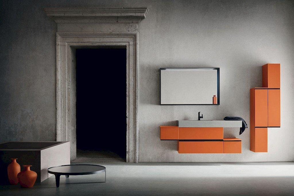 bagno con mobile arancione