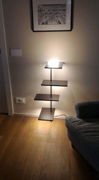 comodino con lampada