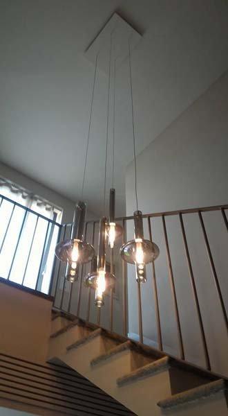 vista dal basso di lampade attaccate al soffitto
