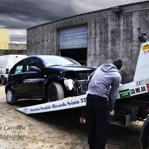 operazione di recupero stradale di auto in panne