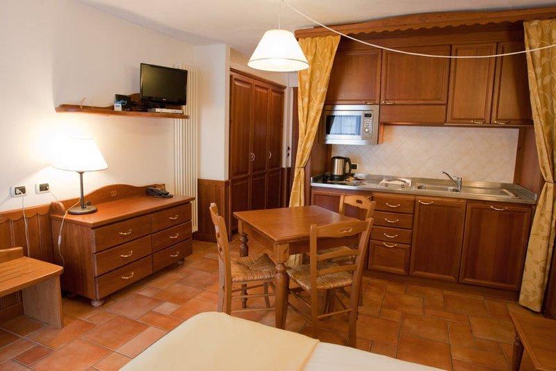sala con cucina moderna in legno