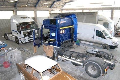 veicoli commerciali all'interno della carrozzeria nuova rinascita