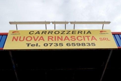 insegna gialla della carrozzeria nuova rinascita