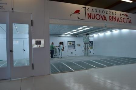 Salone bianco del laboratorio della Carrozzeria Nuova Rinascita di Campofilone