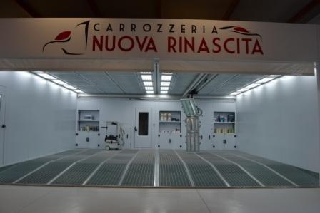 Ampio salone bianco all'interno della Carrozzeria Nuova Rinascita di Campofilone