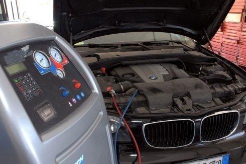 auto col cofano aperto collegata ad apparecchio di diagnostica computerizzata