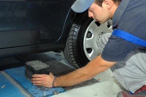 Carrozziere che controlla le minigonne di un'auto