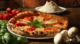 Foto di una pizza margherita con basilico, funghi e pomodorini