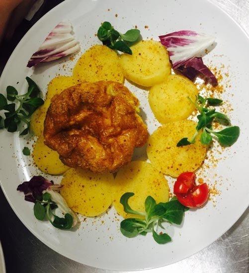 piatto con frittata e contorno di patate