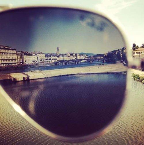 citta vista dalla lente di un occhiale da sole
