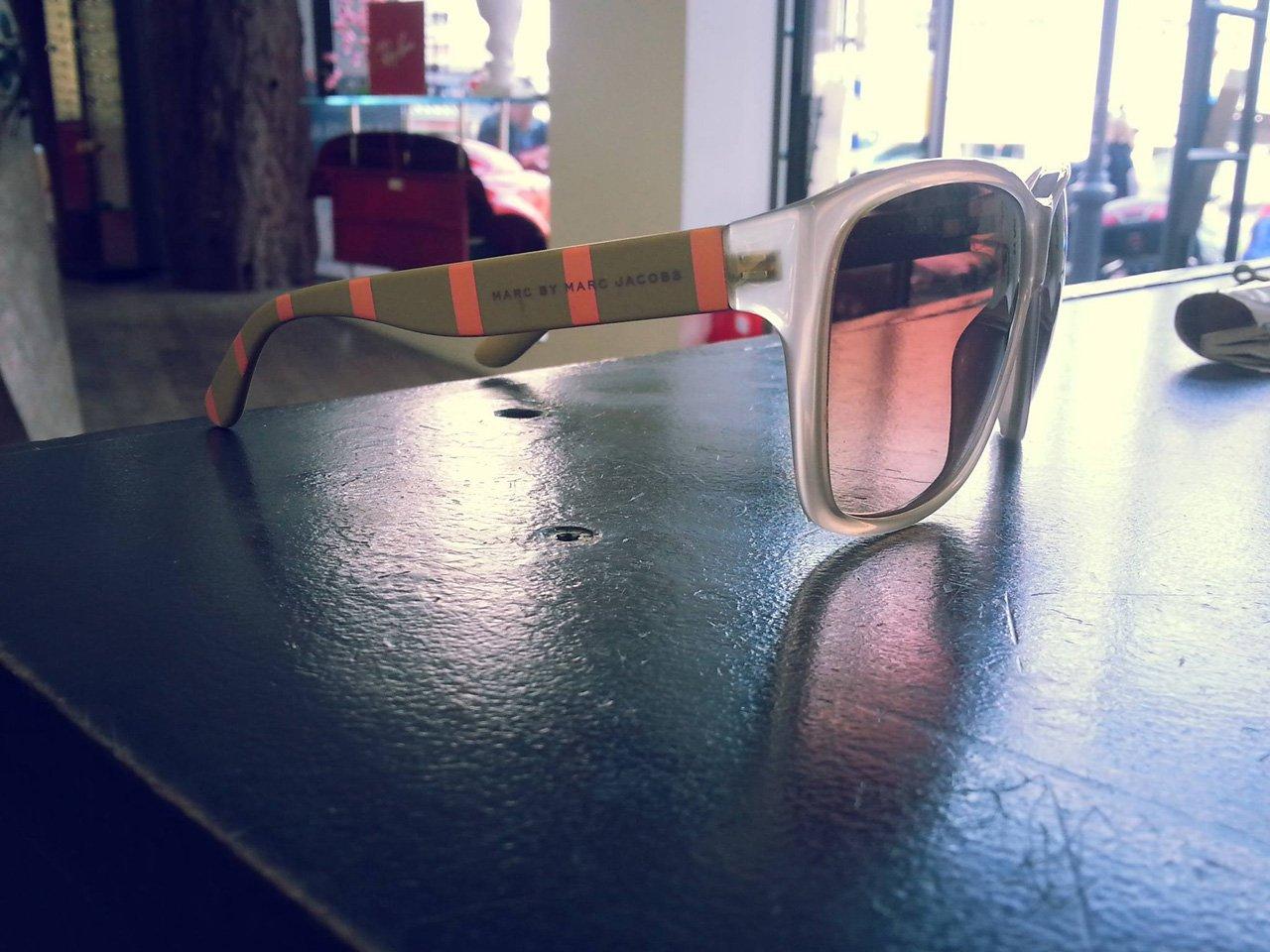 vista laterale occhiali da sole a marchio MARC JACOBS