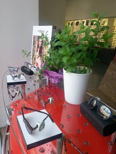 vista laterale vetrina  occhiali da vista a marchio VOGUE