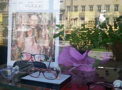vetrina con esposizione occhiali da vista a marchio VOGUE