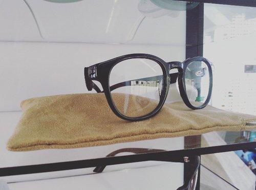 particolare di un paio di occhiali da sole-montatura rotonda