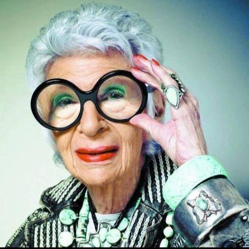 signora anziana con grandi occhiali da vista a montatura tonda