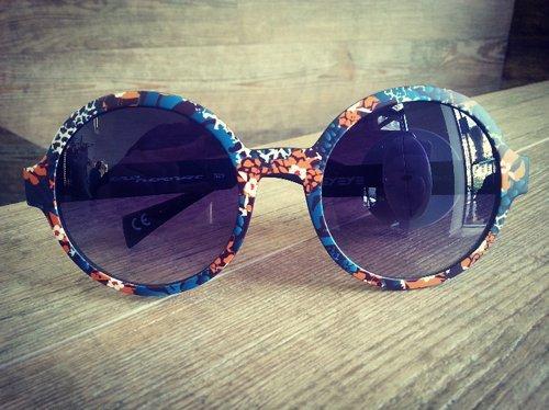 vista frontale di un paio di occhiali da sole con montatura colorata