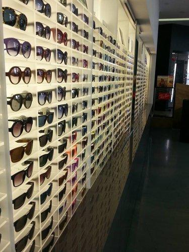 vista laterale esposizione occhiali da sole