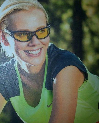 donna con occhiali da sole sportivi