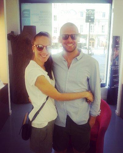 coppia di clienti che indossano occhiali da sole
