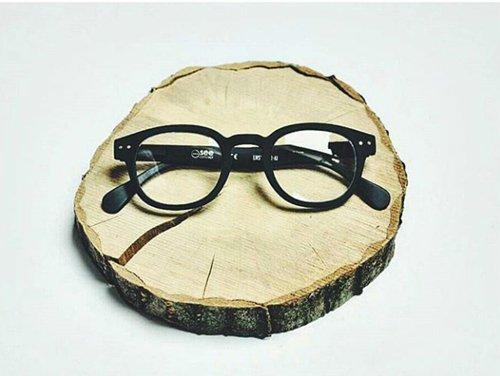 paio di occhiali da vista sopra un pezzo di tronco